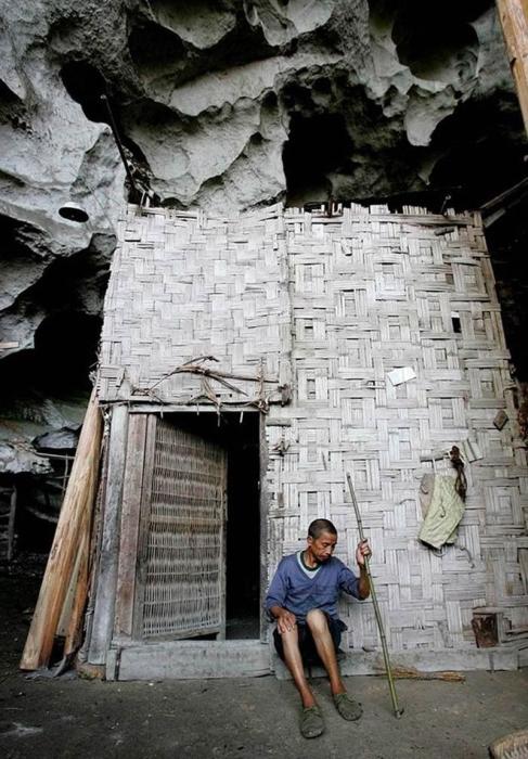 Хижины в пещерной деревне имеют простые плетенные из бамбука стены (Чжундун, Китай). | Фото: interesnyefakty.org.