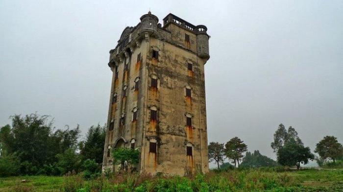 Сторожевая вышка-крепость дяолоу строилась на возвышенности рядом с населенным пунктом (Гуандун, Китай). | Фото: liveinternet.ru.