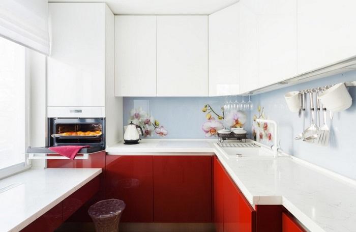 Белая глянцевая поверхность мебельного гарнитура до потолка зрительно увеличит площадь маленькой кухни.