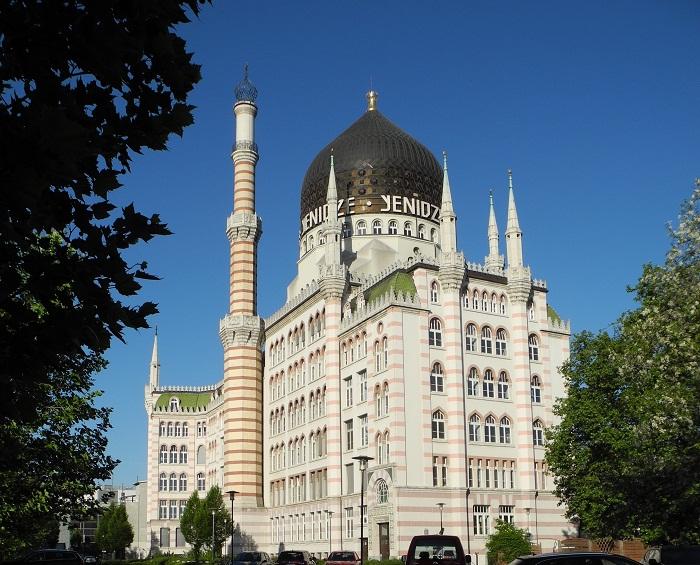 Чтобы замаскировать печные и вытяжные трубы было решено строить фабрику в виде мусульманской мечети с минаретами (Yenidze, Дрезден). | Фото: de.wikipedia.org.