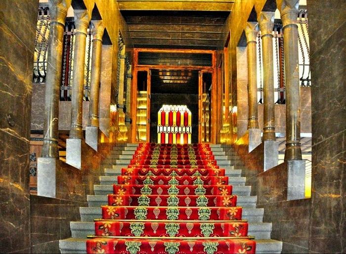 Сто двадцать семь колонн украшают интерьер дворца (Palau Guell).