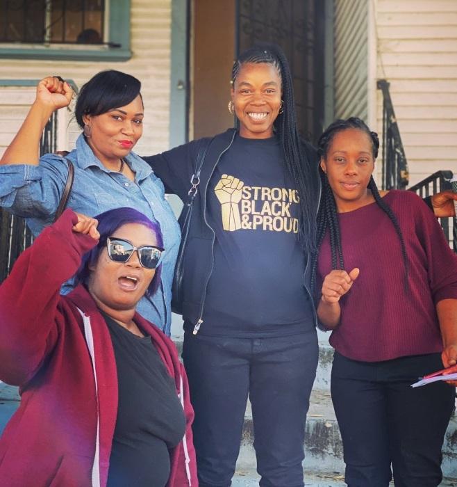 Все те же члены организации «Moms 4 Housing», захватившие чужой, дом радуются решению суда и поддержке общественности. | Фото: twitter.com.