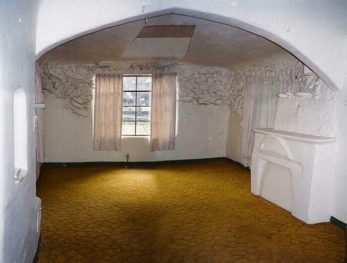 Вот так выглядела одна из комнат на момент продажи семейного дома итальянцев в 2000 г. | Фото: imgur.com.
