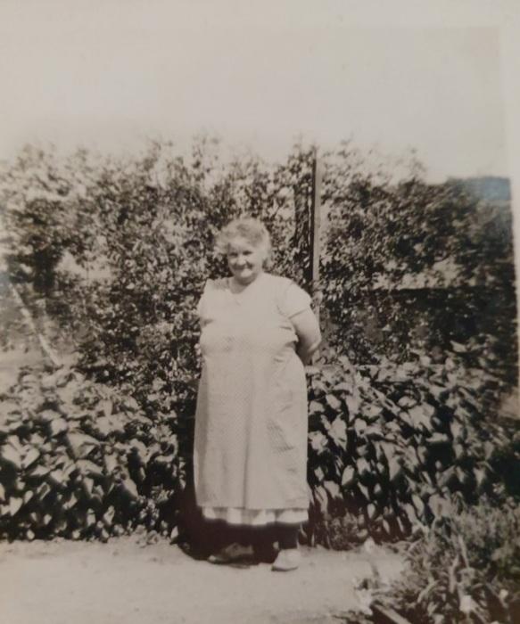 Обнаруженное в чемодане фото Сары Эмброуз – мамы погибшего солдата. | Фото: twitter.com/ © DanHillHistory.
