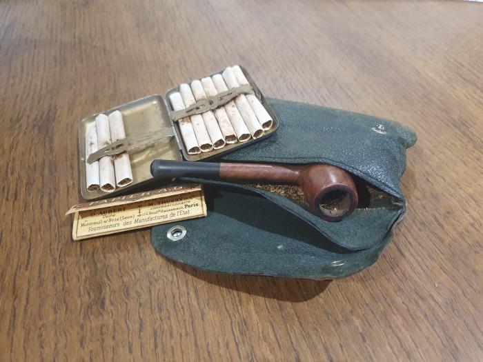 В чемодане находился и стандартный солдатский набор. | Фото: twitter.com/ © DanHillHistory.
