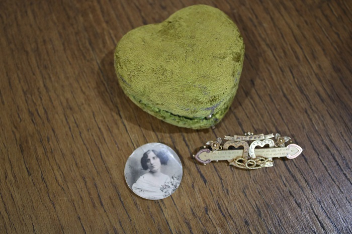 В милом футлярчике был спрятан медальон с портретом любимой девушки и ее брошь. | Фото: twitter.com/ © DanHillHistory.