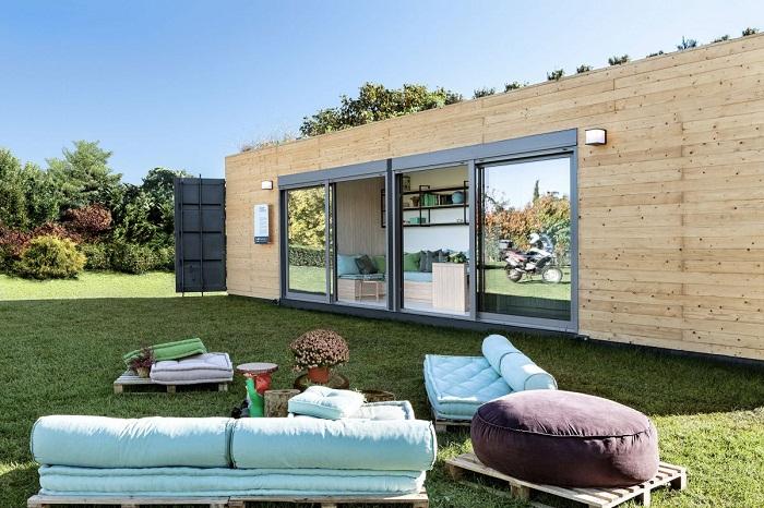 Фасад из натурального дерева не только облагородит контейнерный дом, но и обеспечит дополнительную теплоизоляцию.