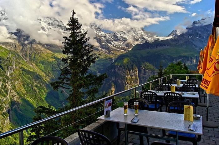 Открытая терраса горного отеля Аscher Cliff в Альпах.