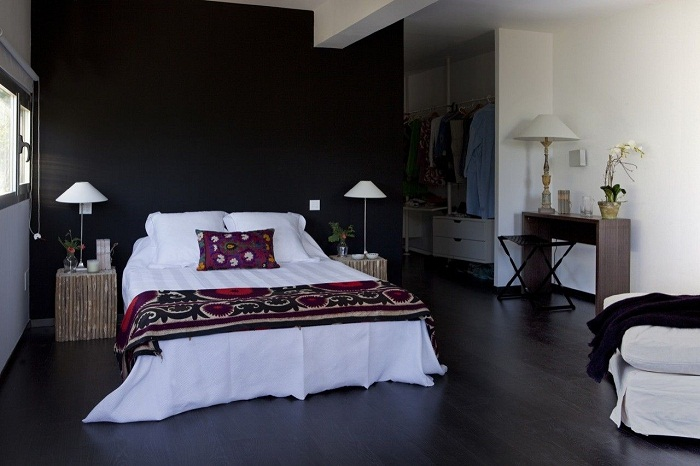 Уютная и стильная спальня контейнерной художественной студии.