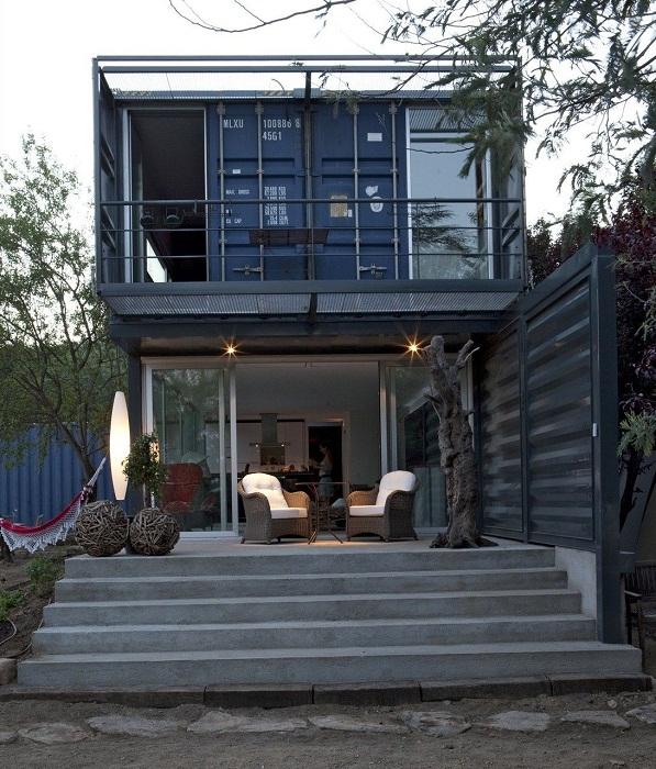Дом из контейнеров, имеющий площадь 190 квадратных метров, оформлен с безупречным вкусом.