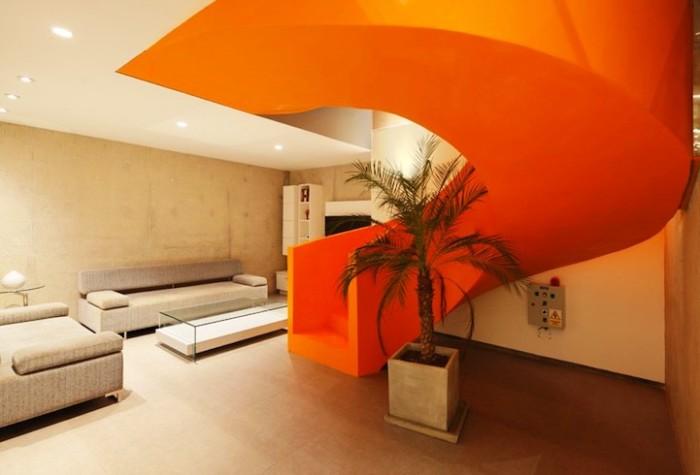 Нейтральные тона интерьера выгодно подчеркнули необычно яркую лестницу (Проект архитектора Мартина Дуланто Сангалли, Перу). | Фото: mymodernmet.com.