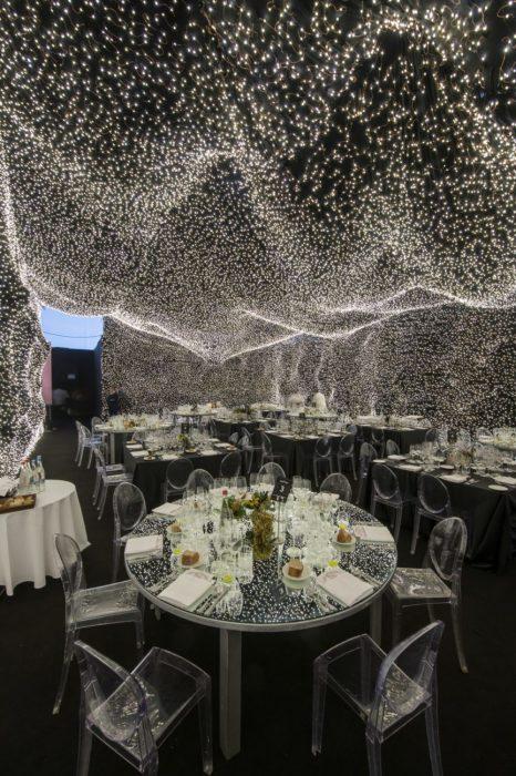 Отражение света на зеркальной поверхности стола и стеклянных стульях позволяет удвоить количество «звезд» в ресторанном зале («Interstellar», Мехико). | Фото: inmexico.com/ ©Jaime Navarro.