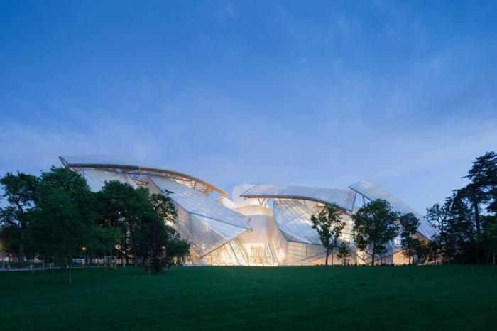Необычная конструкция из стекла и стали позволила создать сооружение, которое «растворилось» в природе (Fondation Louis Vuitton). | Фото: inexhibit.com.