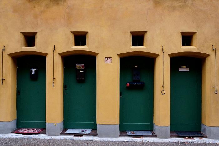 Фасады домов не отличались особым изяществом.