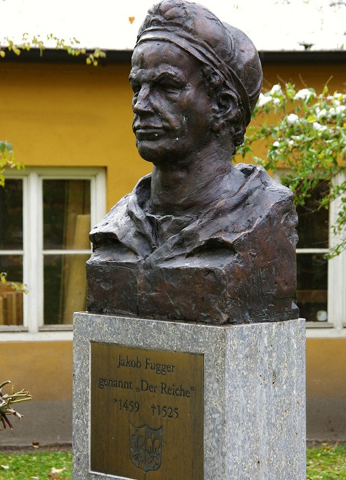 Перед музеем установили бюст Якоба Фуггера.