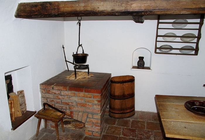 Убранство комнат, повторяющий стиль средних веков.