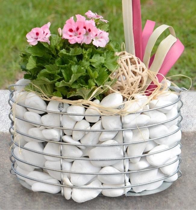 Даже такой элегантный вазон для цветов можно сделать из брутального камня и металлической проволоки. | Фото: blog.allo.ua.