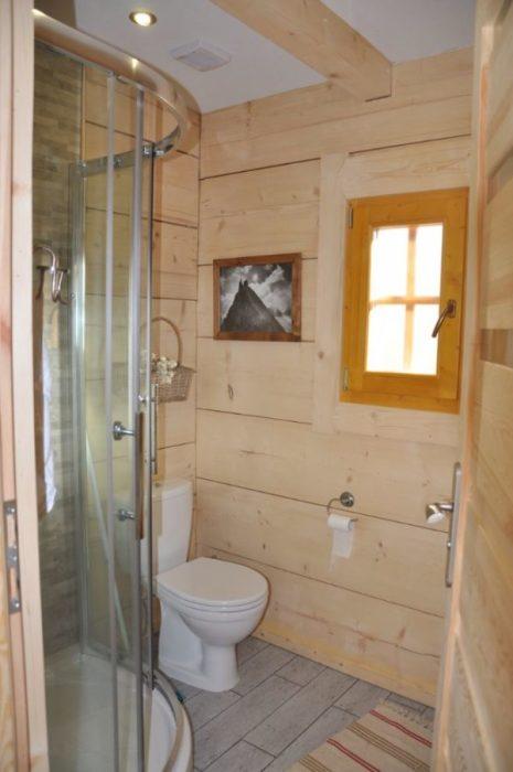 Ванная комната в маленьком бревенчатом доме «Stunning Gate Lodge». | Фото: tinyhousetalk.com.