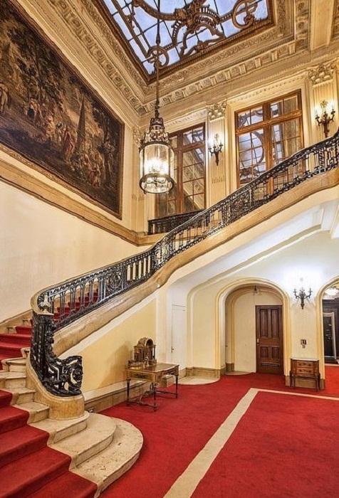 Лестница в роскошном особняке выставленном на продажу.