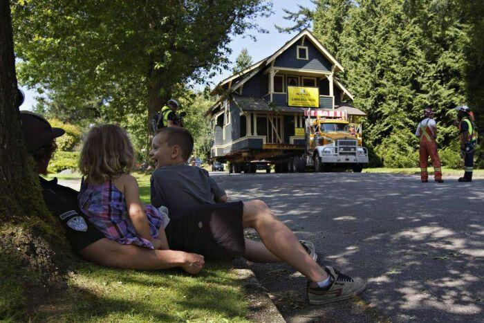 Больше всего транспортировка дома понравилось детям (Union Bay, Британская Колумбия).   Фото: theglobeandmail.com.