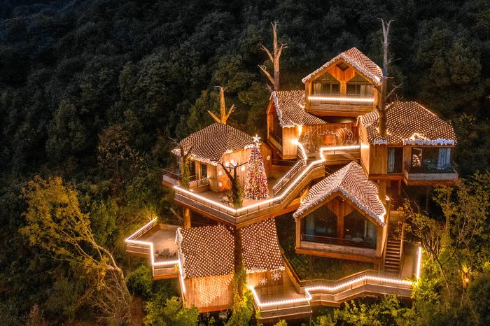 В ночное время кластеры с очаровательными хижинами похожи на сказочный дворец (Tree House, Ханчжоу).