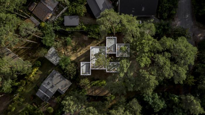 «Haus Koeris» - это частный дом, расположенный среди высоких сосен в непосредственной близости от Берлина (Германия). © Zeller & Moye.