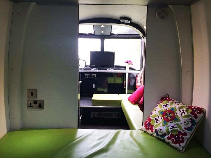 Спальное место в средней части салона вертолета можно складывать (Westland Lynx XZ262). | Фото: mirgamarjoba.ru.