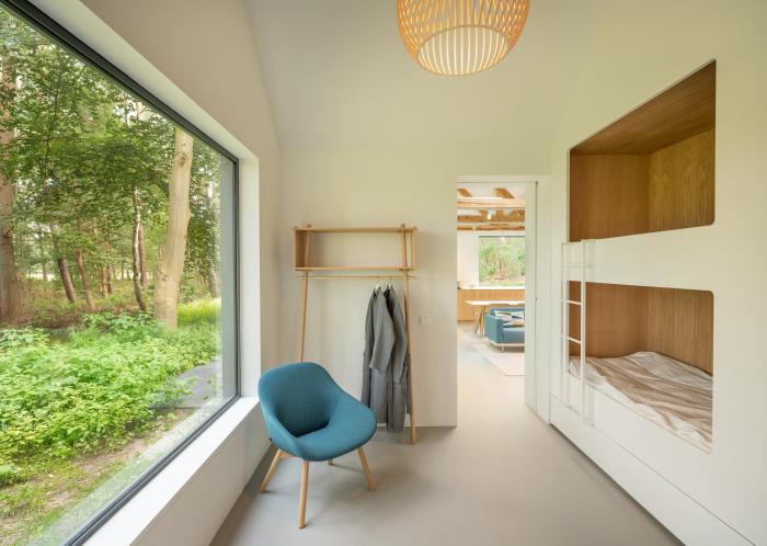 Встроенные двухъярусные детские кровати расположены тоже вдоль окна («Villa Tonden», Нидерланды). | Фото: hofmandujardin.nl.