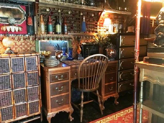 В гостиной поместились письменный стол, комод-сундук и даже книжный шкаф.