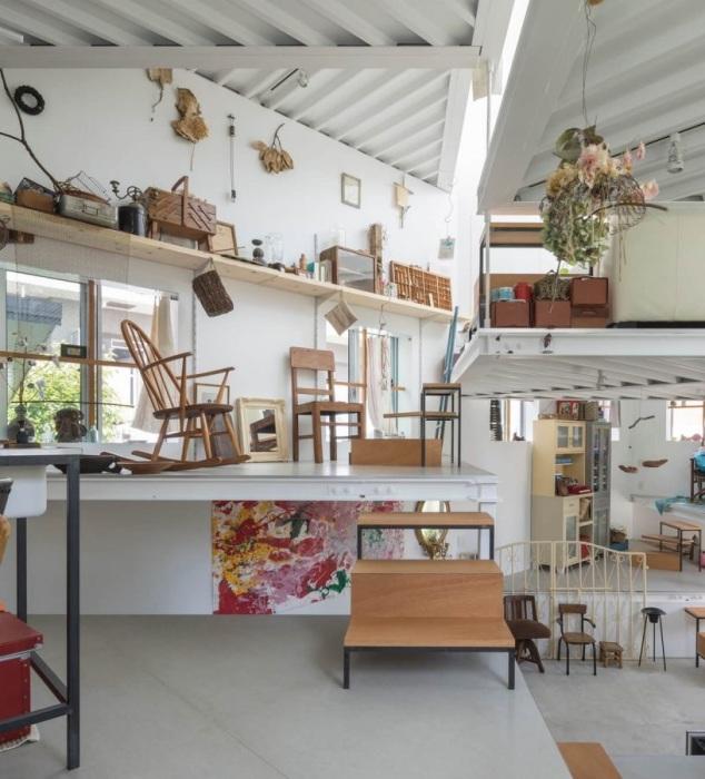 В доме нет штафов, но при этом все вертикальные площади заняты по максимуму. | Фото: humble-homes.com.