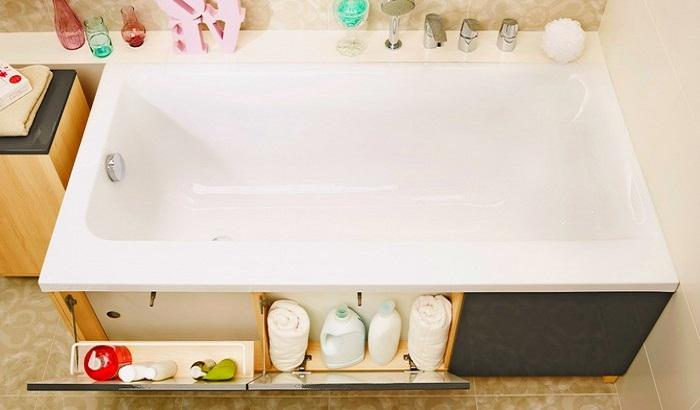 Очень удобные откидные системы хранение перед ванной.
