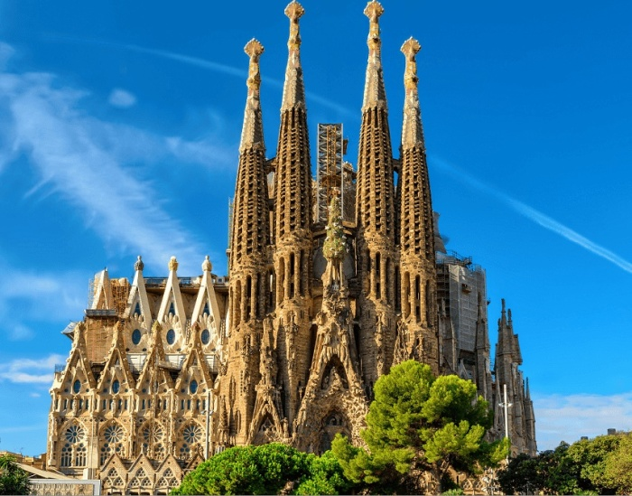 Недостроенный «Искупительный храм Святого Семейства» великого Антонио Гауди является самым впечатляющим образцом монументализма.   Фото: barcelona-excurs.org.