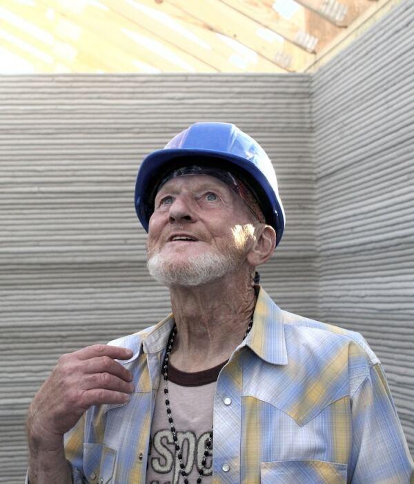 Пожилой бездомный инвалид Тим Ши стал первым американцем, который поселился в «напечатанном» доме. | Фото: mymodernmet.com.