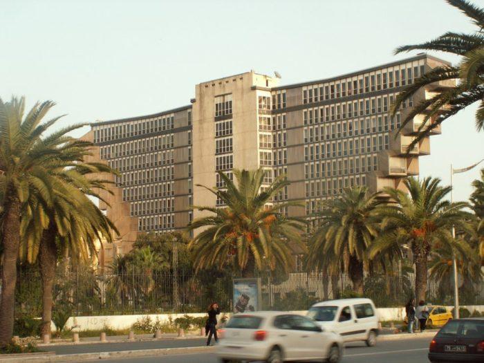 Бетонная мощь отеля Hotel du Lac, которую власти страны собираются сносить (Тунис). | Фото: bigpicture.ru.