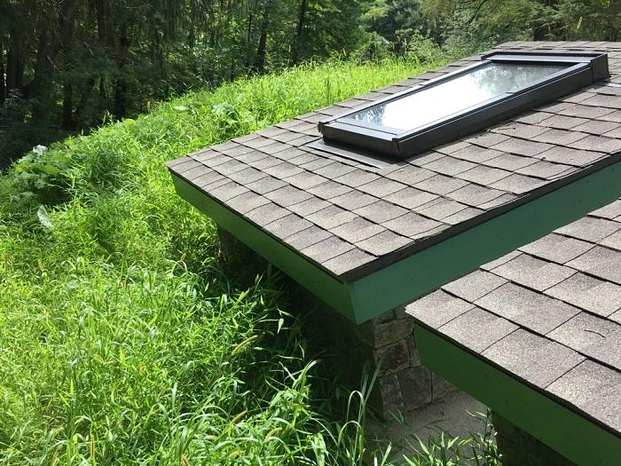 Окна на крыше лесного коттеджа.