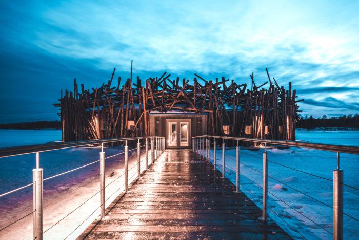 Летние пейзажи, не менее впечатляющие чем зимние («Arctic Bath», Швеция). | Фото: timeandleisure.co.uk.