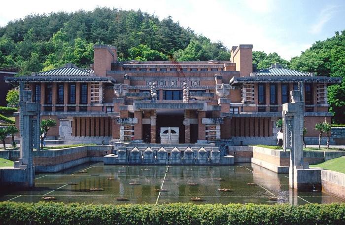 Отель «Империал» от Фрэнка Ллойда Райта – единственное каменное здание в Токио, сохранившееся после землетрясения Канто. | Фото: ilfattoquotidiano.it.