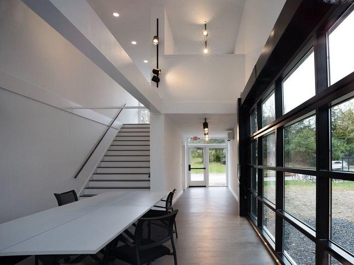 Гостиная художественной студии оформлена в минималистическом стиле.