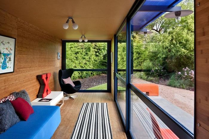 Огромные окна в контейнерном доме позволяют любоваться окружающим ландшафтом.