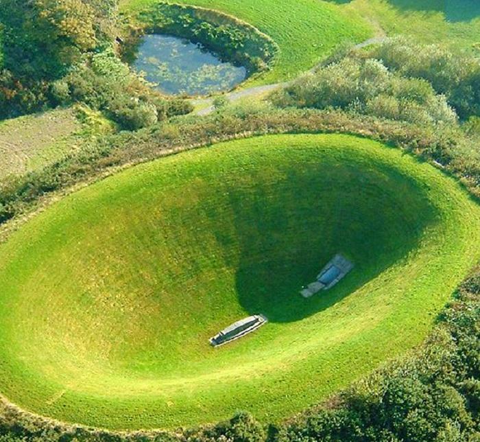 Идеально ровные края кратера наталкивают на мысль, что его создал человек (Sky Garden, Ирландия). | Фото: mygardenexpert.com.