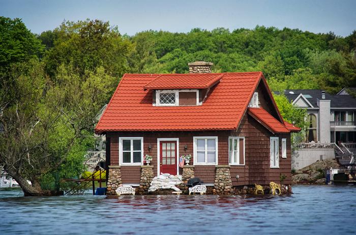 Единственный дом на крошечном острове.