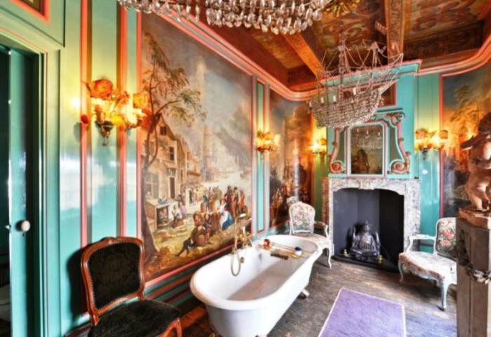Одна из ванных комнат больше похожа на гостиную. | Фото: tsom.nl.