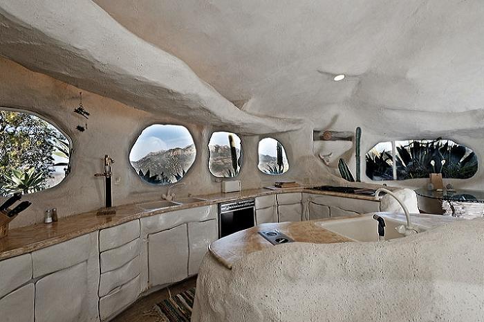 Кухня и ванная изготовлены из натурального камня.