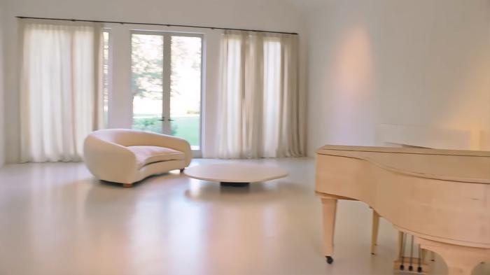 Единственным украшением огромного зала стал рояль (Особняк Ким Кардашьян и Канье Уэста на Хидден-Хилс). | Фото: interior.ru.