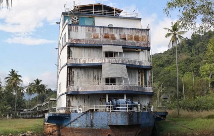 Вряд ли этот объект бороздил просторы океана в качестве круизного лайнера (Grand Lagoona Koh Chang Resort, Таиланд). | Фото: turism.boltai.com.