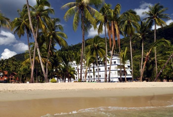 В Сети можно найти фантастические снимки корабля среди пальмовой рощи (Grand Lagoona Koh Chang Resort, Таиланд). | Фото: olgatravel.com.
