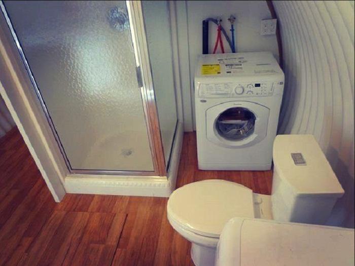 В антиядерном укрытии есть полноценная ванная комната со стиральной машинкой и сушилкой (Бомбоубежище Atlas). | Фото: lastday.club.