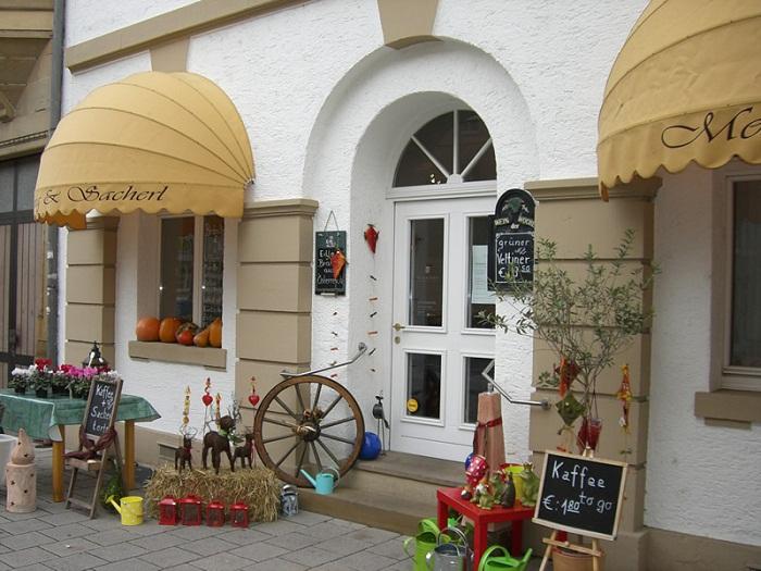 Оригинально оформлен вход в кафе с помощью маркиз.