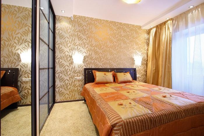 В маленькой спальне лучше будет смотреться большой ковер.