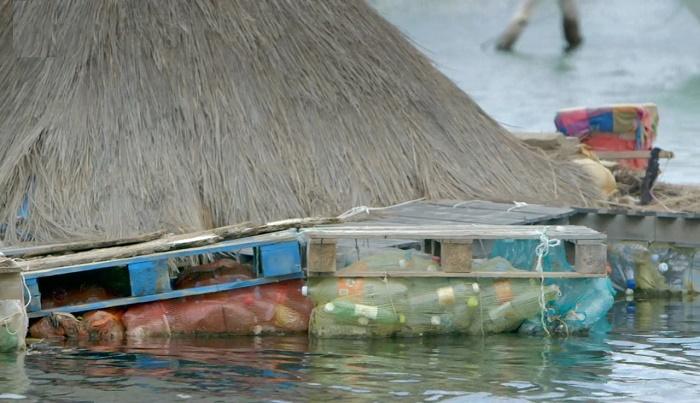 Пластиковые бутылки стали основой для создания искусственного острова. | Фото: 3.bp.blogspot.com.